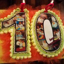 festa 10anni. torta a forma con foto compleanni precedenti